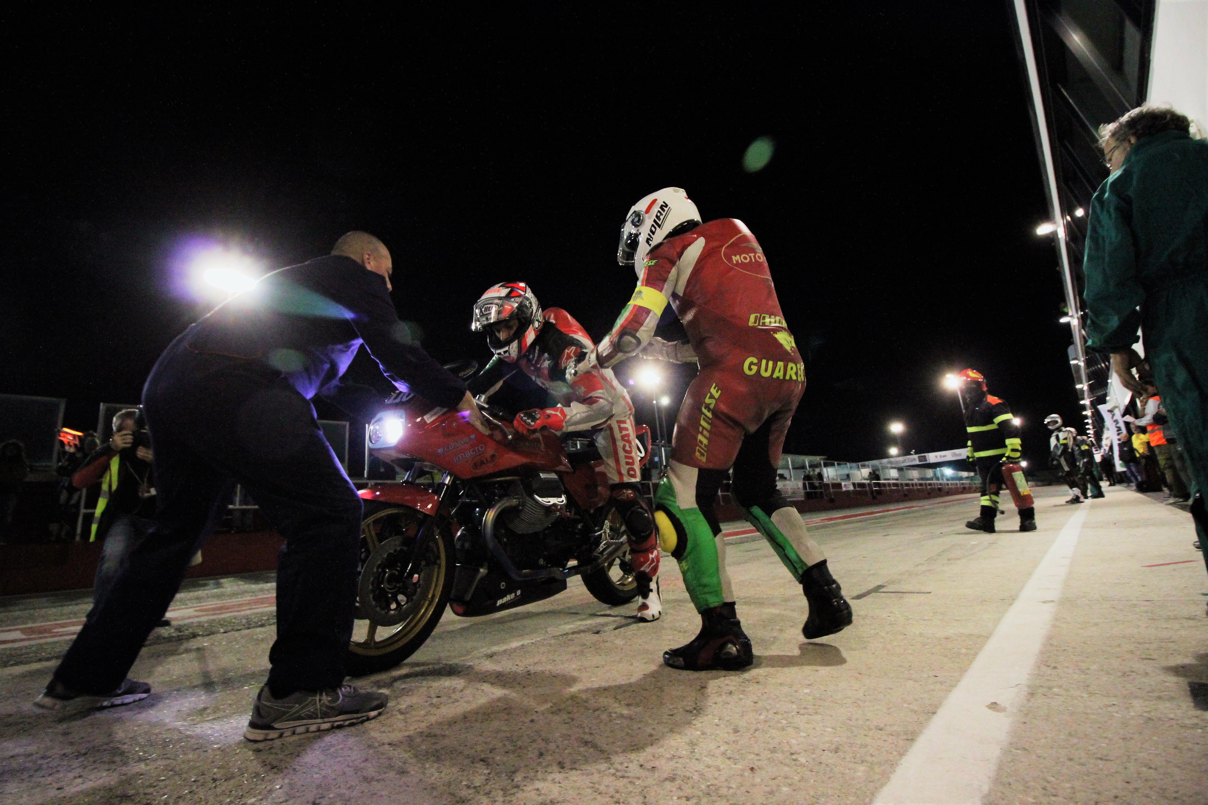 Lo spettacolo del Vintage Endurance in notturna a Misano